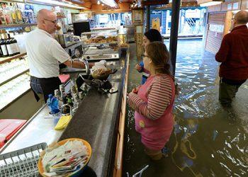 A mal tiempo, buena cara. Los venecianos siguen sus rutinas en medio de las intensas inundaciones de los últimos días.