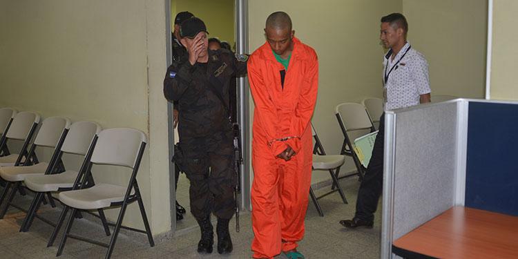 Con esposas de pies y manos fue llevado Luis Antonio Rodríguez Vallejo a su primera audiencia en los juzgados de Danlí.