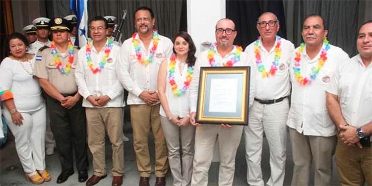 La familia Kawas y autoridades de la Secretaría de Educación y municipales.