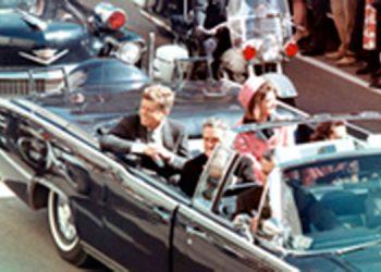 12:28 p.m. segundos antes. La comitiva junto al Lincoln negro donde viaja el presidente Kennedy, su esposa y otros funcionarios, se desliza hacia el Trade Mart de Dallas, donde el mandatario iba a hablar. 12:30 p.m. el asesinato se consumía.