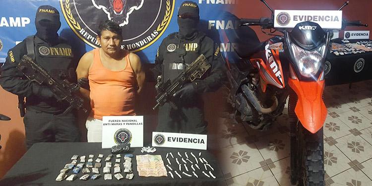 Al detenido se le decomisó cocaína, marihuana, dinero en efectivo y una motocicleta.