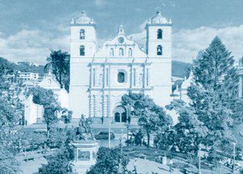 La Plaza Morazán en los años cincuenta al costado oriental la Parroquia de San Miguel Árcangel.