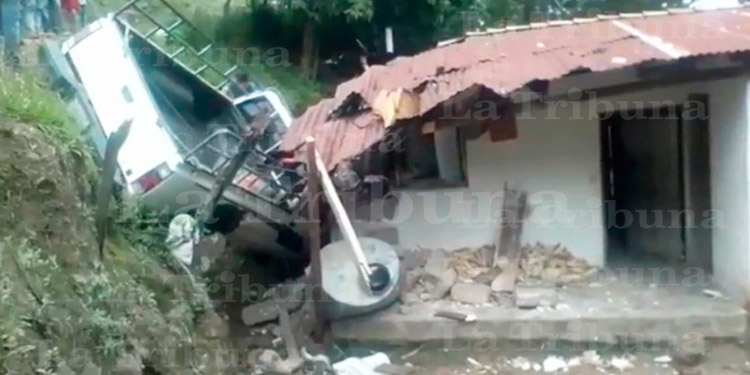 Familia se salva de morir al caer carro sobre vivienda en Intibucá - La Tribuna.hn