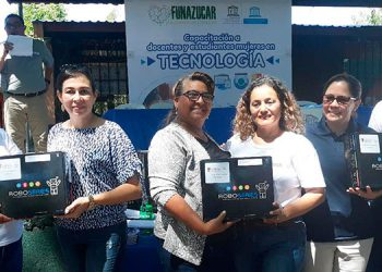Varios centros educativos recibieron en donación kits de robótica para que los docentes continúen aplicando la metodología.