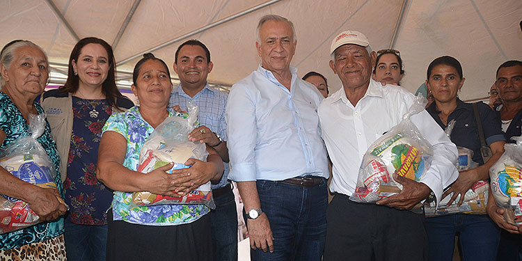 Mauricio Oliva hizo varias donaciones a gente pobre en Choluteca.