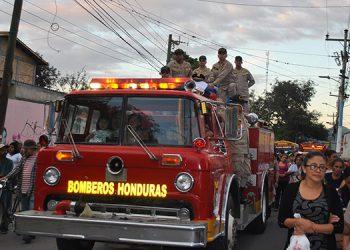 Los restos del comandante del Cuerpo de Bomberos de Siguatepeque fueron trasladados en el carro bomberil acompaño de sus compañeros y pueblo en general.