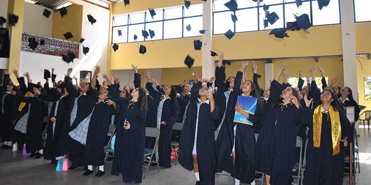 Al finalizar los actos de graduación, los 84 profesionales lanzaron al aire los birretes en presencia de los asistentes.