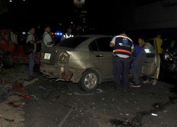 Los carros quedaron severamente dañados por el fuerte impacto de la múltiple colisión.
