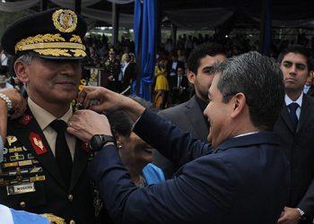 Las insignias de general de división, les fueron impuestas por el mandatario, Juan Orlando Hernández Alvarado.