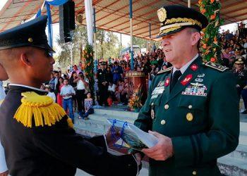 El ministro de Defensa, general (r) Fredy Santiago Díaz Zelaya, fue el encargado de juramentar a los nuevos oficiales.