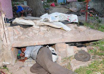 Santos Godoy Solórzano, todas las mañanas sale de esta tumba a buscar en qué ganarse la vida.