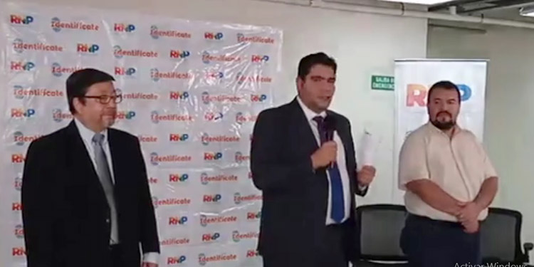Miembros del RNP abrieron los sobres para revelar el nombre de las dos empresas que ganaron la licitación.