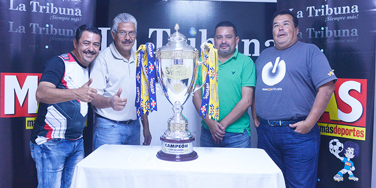 El personal de deportes también se fotografió con la Copa.