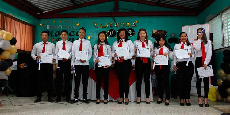 22 jóvenes de  las colonias de Altos de Los Pinos, Plan Pinos y Los Pinos, culminaron con éxito su año académico cuya promoción lleva el nombre Blanca Jeannette Kawas.