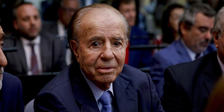 ARCHIVO - En esta foto de archivo del 28 de febrero de 2019, el expresidente argentino Carlos Menem está sentado en una corte en Buenos Aires, Argentina. (AP Foto/Natacha Pisarenko, Archivo)