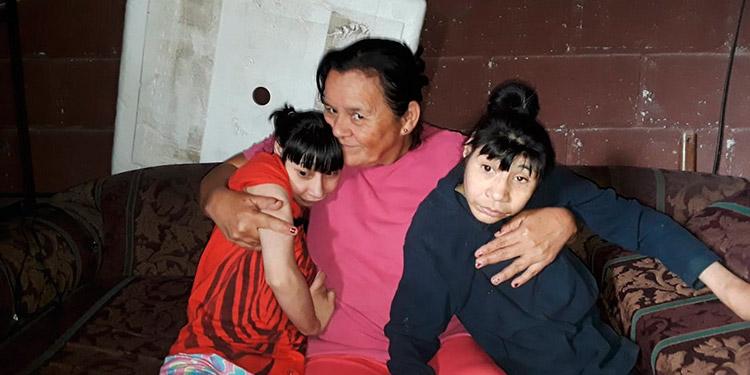 Luz Amparo Fonseca Sierra no tiene descanso pues debe cuidar a sus hijas con microcefalia las 24 horas.