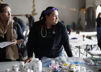 La doctora Psyche Calderón (centro) es una de las galenas que atiende a migrantes en una clínica en Tijuana, norte de México.