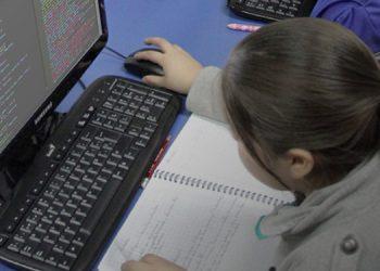 Los niños aprenden a utilizar sistemas operativos que los llevan a convertirse en creadores de programas.