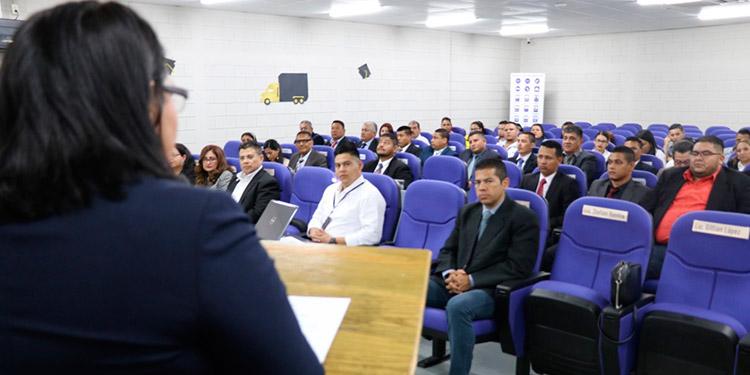 La directora de la ENTT, Ana Valenzuela fue la encargada de clausurar el primer curso para conductores profesionales.