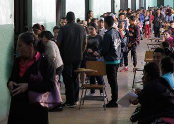 En el Instituto Mixto Hibueras las filas de jóvenes y de padres de familia eran largas, en el primer día de matrícula del Programa Todos Podemos Avanzar (TPA).