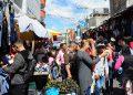 En los mercados la ropa es la venta del momento, aunque las avenidas están tambien atestadas de carretas con ventas de cohetes, verduras y frutas.