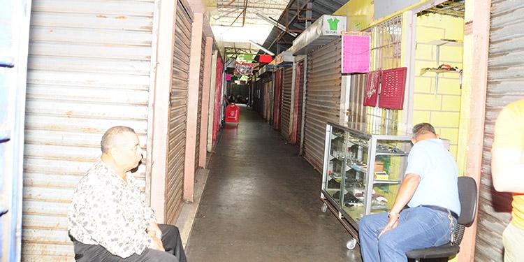 Debido a la falta de compradores muchos locatarios cerraron sus locales para dedicarse a otras actividades.