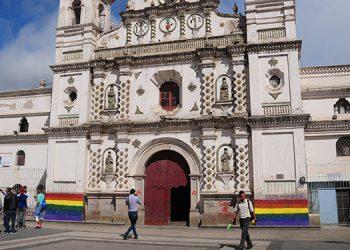 Dos banderas fueron pintadas a ambos extremos de la fachada de la iglesia Los Dolores, templo con 287 años de antigüedad.