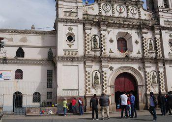 Un grupo de voluntarios se esmeraba ayer en quitar la pintura con que mancharon la fachada de la iglesia Los Dolores.