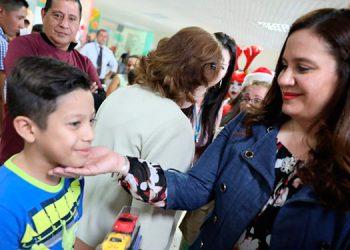 """La primera Dama Ana García de Hernández, llevo la Navidad Catracha a los """"pacientitos"""" del Materno Infantil."""