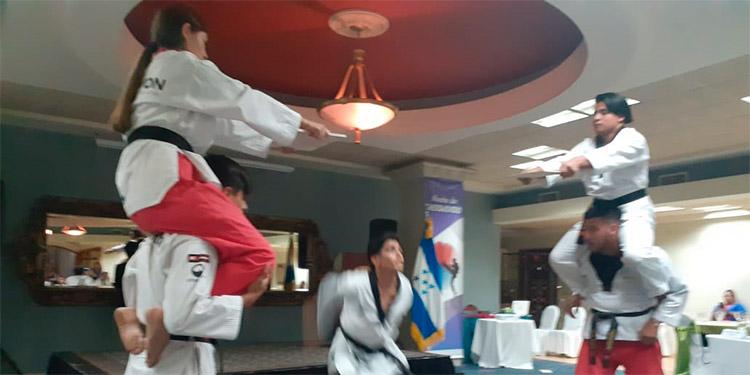 Estudiantes muestran sus destrezas en la 'Noche Taekwondo' celebrada por la embajada de Corea del Sur en un hotel capitalino.