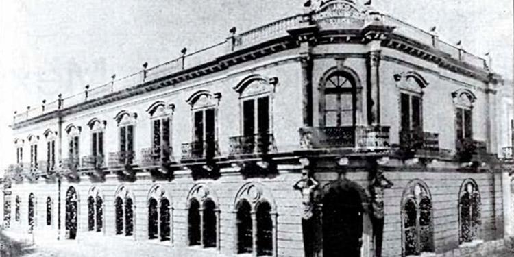 Imagen de la sucursal del Banco Nacional de México en Guaymas, de estilo neoclásico el día de su inauguración en el año de 1904, obra de Bressani y Serrano. (Fuente de la imagen Álbum Directorio del Estado de Sonora, 1905-1907).
