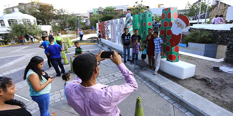 Decenas de turistas buscan tomarse una foto con el sello de San Pedro Sula.