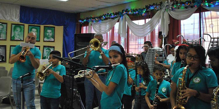 Los niños del Liceo Central Bilingüe deleitaron a los presentes con villancicos navideños.