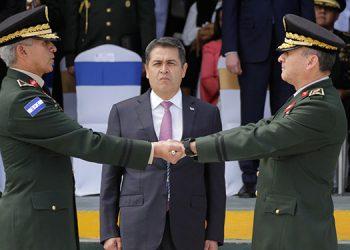 En presencia del Presidente Juan Orlando Hernández, el general Ponce Fonseca le entregó el mando de la jefatura del Estado Mayor Conjunto al general de división Tito Livio Moreno Coello.