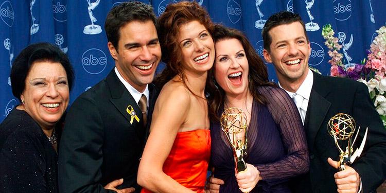 """Shelley Morrison, Eric McCormack, Debra Messing, Megan Mullally y Sean Hayes, de izquierda a derecha, celebran tras ganar varios Premios Emmy por """"Will & Grace"""" en Los Angeles."""