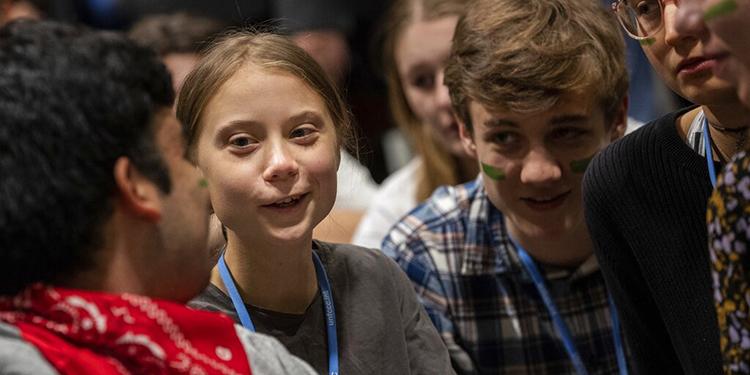 La activista por el clima Greta Thunberg (segunda por la izquierda) habla con otros jóvenes activistas durante la cumbre COP25 en Madrid, el 6 de diciembre de 2019. (AP Foto/Bernat Armangue)