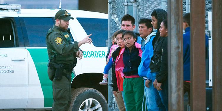 La captura de indocumentados en la frontera de EEUU cayó a la mitad
