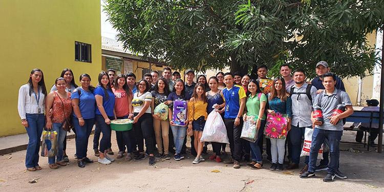Los universitarios llevaron alegría a los infantes de la sala de pediatría del Hospital del Sur.