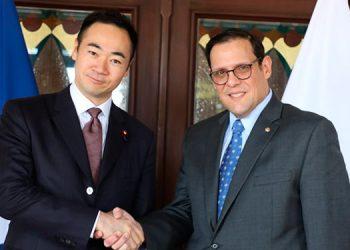 El canciller Lisandro Rosales recibió ayer a su homólogo japonés, Keisuke Suzuki.