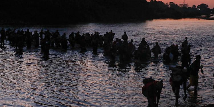 Miles de centroamericanos de la caravana migrante cruzaron de forma irregular el río Suchiate, pero al otro lado los esperaban los militares.