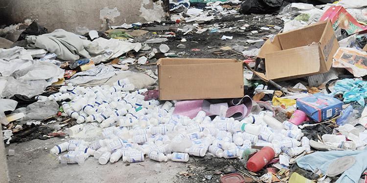 En la colonia Alameda, en una casa abandonada, se encontró un lote  de medicamentos botados.