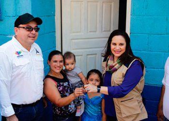 """Un total de diez familias recibieron viviendas del Programa """"Vida Mejor"""" que impulsa el gobierno del Presidente Juan Orlando Hernández."""