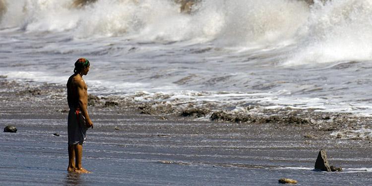 Los oleajes en el Caribe alcanzan de tres a cinco pies, con máximos de siete a nueve pies.