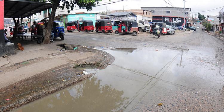 Los pobladores de la colonia Arturo Quezada están expuestos a padecer una serie de enfermedades debido al estancamiento de agua contaminada en distintos puntos.