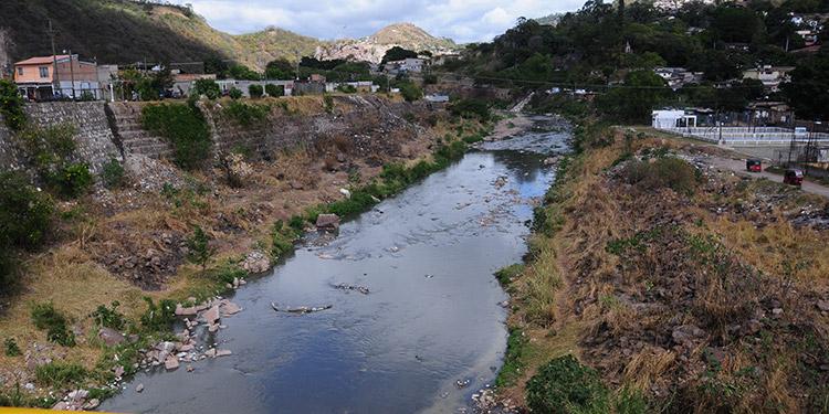 Producto de las descargas de aguas negras en el cauce del río Choluteca, su agua es de color negro.