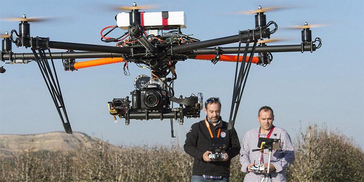 Hay equipos de personas muy profesionales dedicadas a volar drones para diferentes propósitos.