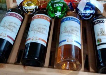 La estantería muestra los vinos de jaboticaba tinto dulce, vino de naranja, vino semi-seco Don Alejandro ganador de medalla de oro.