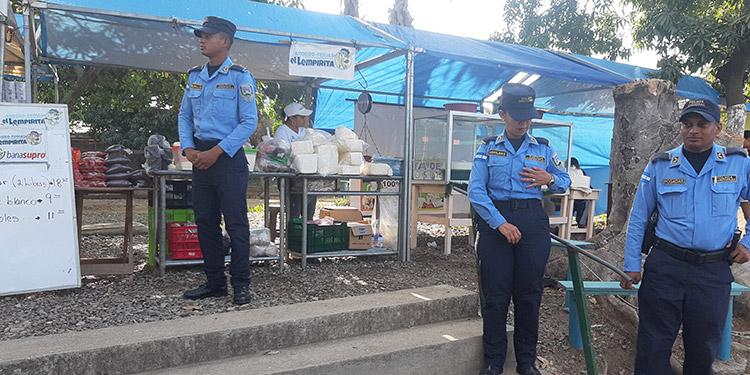 Autoridades policiales siguen dando seguridad en la Feria Ahorro El Lempirita.