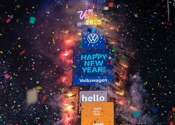 Nueva York recibió el año 2020 con gran jolgorio en las cercanías al Times Square.