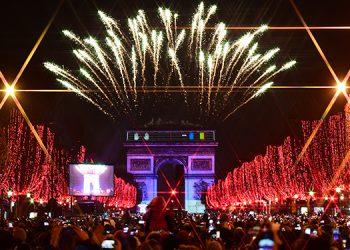 París se llenó de color para recibir el 2020.
